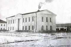 Здание райкома КПСС с ещё печным отоплением.